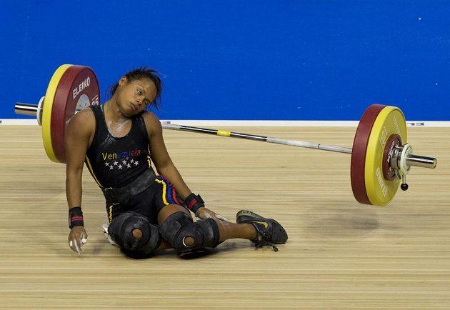 Venezuelská vzpěračka Genesis Rodriguezová Gomezová zkolabovala při soutěži do 53 kg na Panamerických hrách, ale nakonec získala stříbrnou medaili.