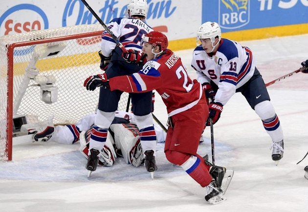 Rus Jegor Korškov se raduje z vítězné trefy v semifinále hokejového MS do 20 let proti USA.