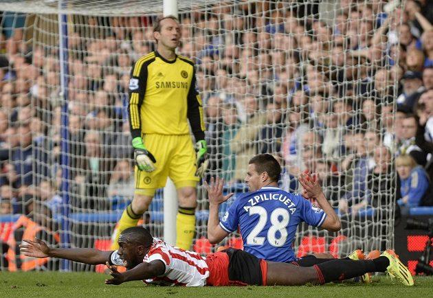 Jozy Altidore ze Sunderlandu si právě vymodlil pokutový kop po faulu obránce Chelsea Azpilicuety.