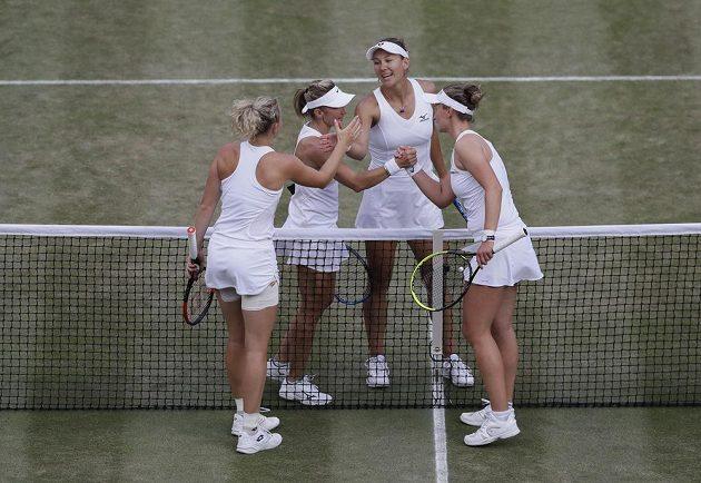 Kateřina Siniaková (vlevo) a Barbora Krejčíková (vpravo) se po finále wimbledonské čtyřhry zdraví se soupeřkami Květou Peschkeovou (druhá zprava)a Nicole Melicharovou.