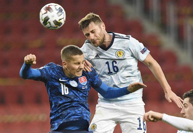 Skotský fotbalista Liam Cooper v hlavičkovém souboji se Slovákem Lubomírem Šatkou během utkání Ligy národů.