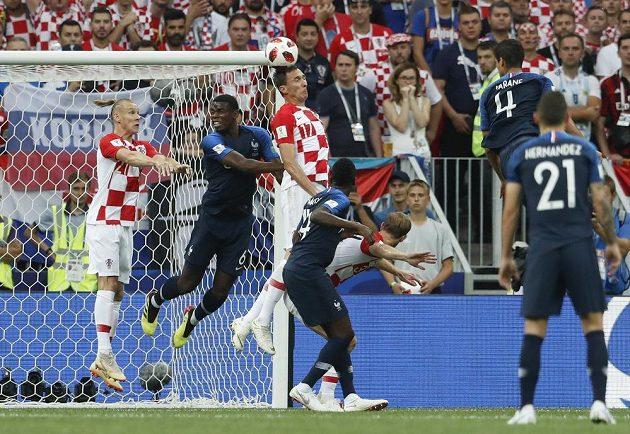 Chorvatský útočník Mario Mandžukič si dává nešťastný vlastní gól.