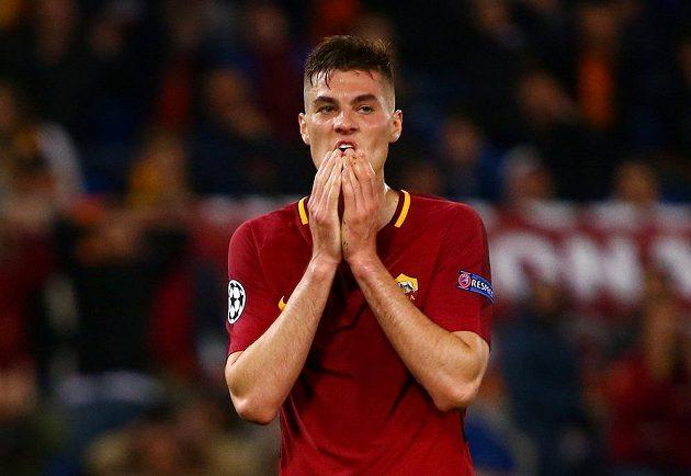 Útočník AS Řím Patrik Schick zpytuje svědomí po zahozené šanci v odvetném čtvrtfinále Ligy mistrů s Barcelonou.