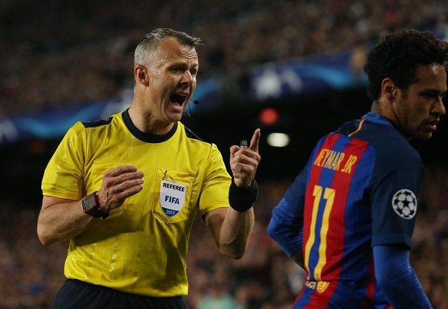 Barcelonský Neymar hodně diskutoval s rozhodčím Bjornem Kuipersem během odvetného čtvrtfinále Ligy mistrů s Juventusem.