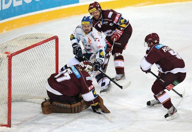 Vítkovický útočník Rudolf Huna (v bílém dresu) střílí gól do sítě pražské Sparty.