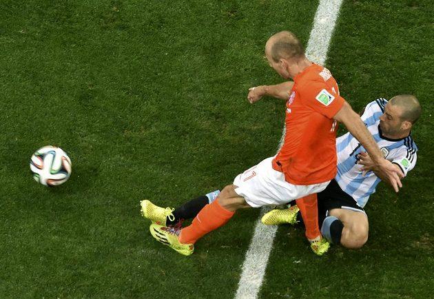 Argentinec Javier Mascherano (vpravo) na poslední chvíli překazil šanci Arjena Robbena, který mohl poslat Nizozemce dál na konci normální hrací doby.