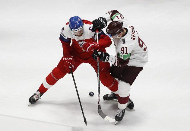 Ronalds Kenins a David Musil v utkání Lotyšska s Českem v základní skupině na MS v Bratislavě.