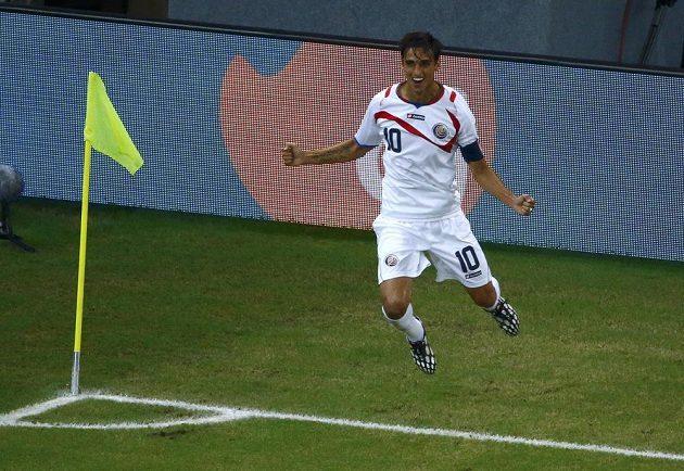 Kostaričan Bryan Ruíz oslavuje gól proti Řecku v osmifinále MS.