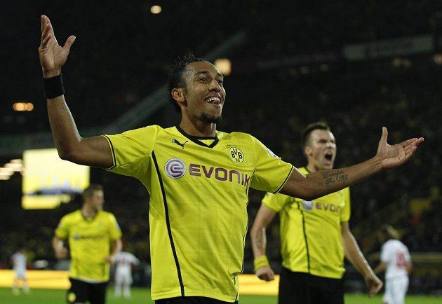 Pierre-Emerick Aubameyang z Dortmundu slaví gól v ligovém utkání proti Hamburku.