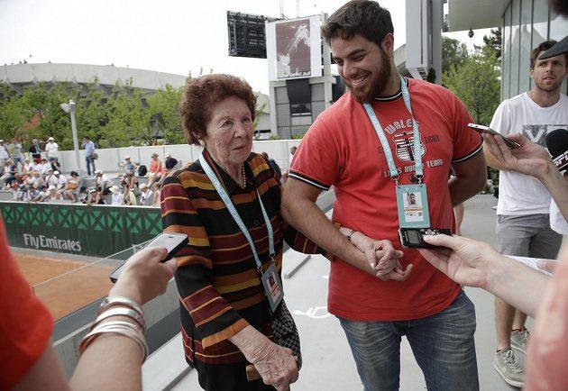 Dafne Bottaová, babička Argentince Marka Trungellitiho a jeho bratr Andre v pařížském hledišti.