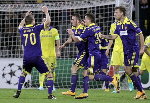 Agim Ibraimi (uprostřed) se raduje se spoluhráči z Mariboru z gólu, který vstřelil Petru Čechovi v bráně Chelsea.