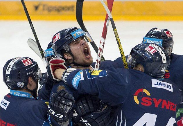 Útočník Liberce Jaroslav Vlach (uprostřed) se raduje se spoluhráči z gólu.