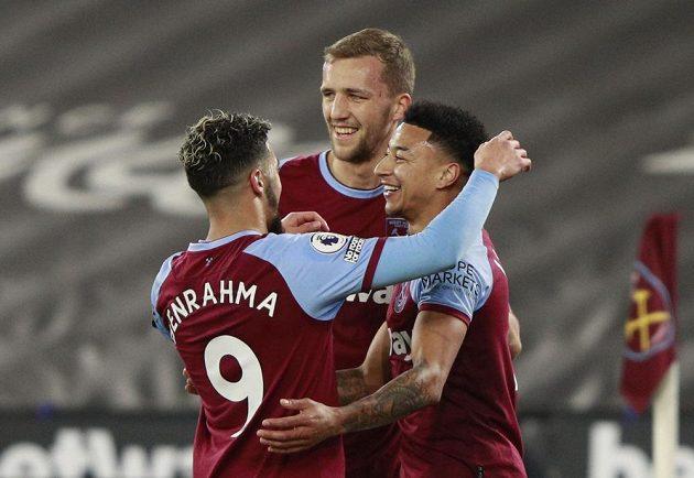 Střelec gólu West Hamu Jesse Lingard (vpravo) přijímá gratulace od Saída Benrahmy a Tomáše Součka.