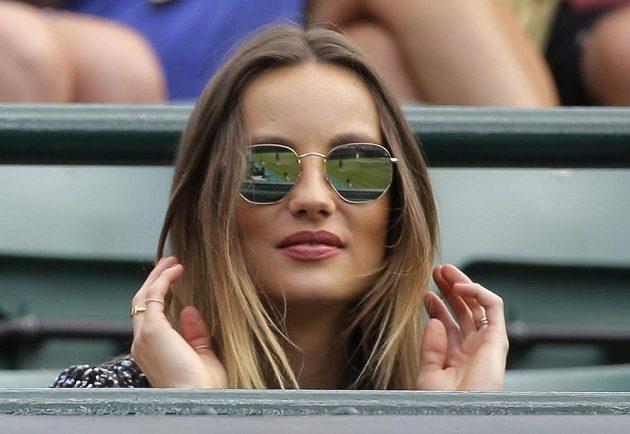 Partnerka Tomáše Berdycha Ester Sátorová při čtvrtfinálovém zápase s Novakem Djokovičem.
