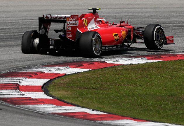 Finský pilot Ferrari Räikkönen se po startu propadl kvůli prasklé pneumatice. Nakonec ale atakoval přední umístění.