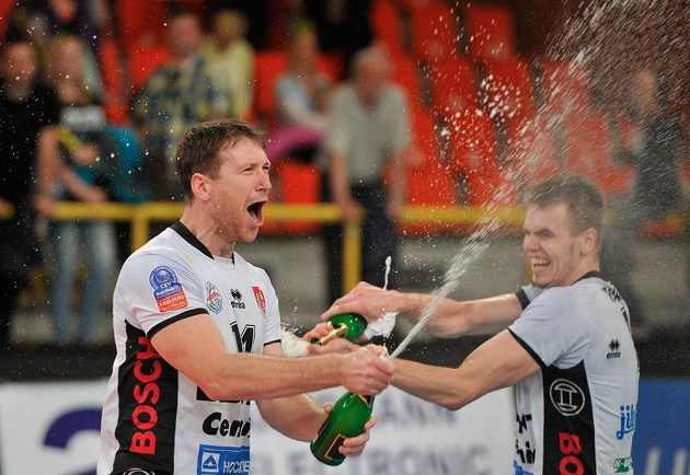 Petr Zapletal (vlevo) a Petr Michálek z Českých Budějovic oslavují titul.