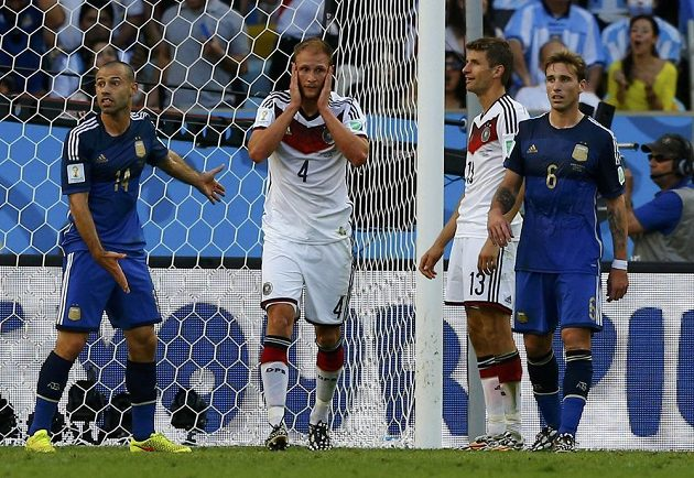 Německý obránce Benedikt Höwedes (č. 4) nemůže uvěřit, že hlavou po rohovém kopu orazítkoval jen tyč.