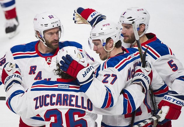 Ryan McDonagh (27) z Rangers vstřelil jeden gól a připsal si také asistenci, proto byl v druhém zápase v Montrealu vyhlášen hvězdou zápasu. Zády je jeho spoluhráč Mats Zuccarello (36), vlevo pak Chris Kreider (20) a zcela vpravo Dan Girardi (5).