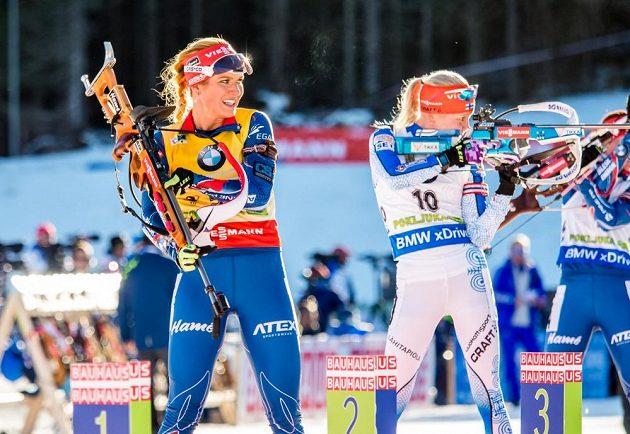 Čistě zastříleno! Gabriela Soukalová opouští stanoviště, za ní Finka Kaisa Mäkäräinenová.