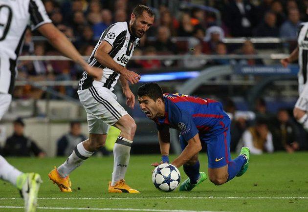 Barcelonský Luis Suárez padá na zem během odvetného čtvrtfinále Ligy mistrů s Juventusem.