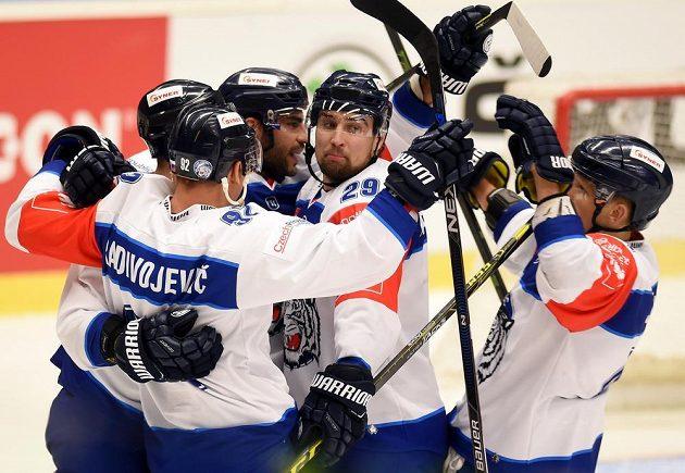 Liberečtí hokejisté se radují z gólu ve Vítkovicích.