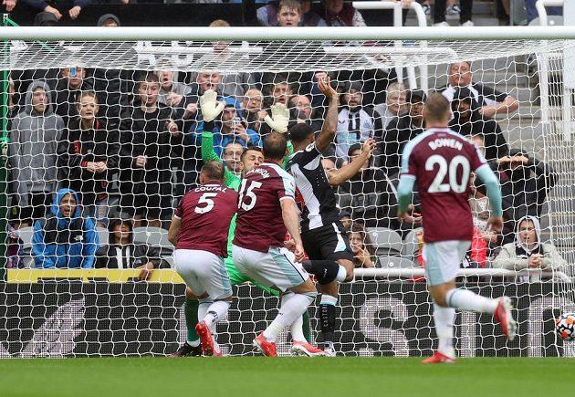 Ani Vladimír Coufal (vlevo) nedokázal zastavit Calluma Wilsona a Newcastle šel proti West Hamu rychle do vedení.