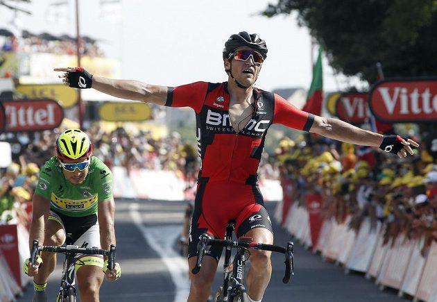 Greg van Avermeat (vpravo) zvedá ruce nad hlavu po vítězství ve 13. etapě Tour de France. Vlevo je zklamaný Peter Sagan, který skončil těsně druhý.