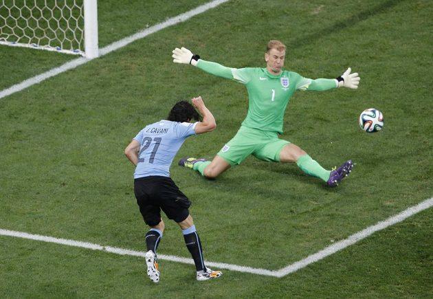 Edinson Cavani (21) promarnil uruguayskou šanci pojistit těsné vedení proti Anglii, brankář Joe Hart nemusel zasahovat, rána z úhlu šla vedle.