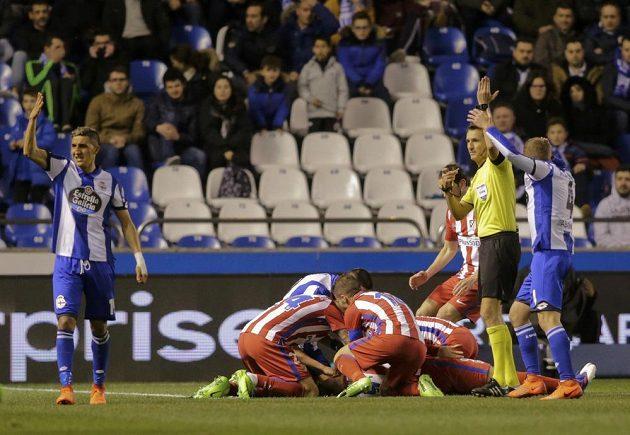 Útočník Atlétika Madrid Fernando Torres po ošklivém střetu v utkání španělské ligy proti La Coruně skončil v nemocnici. Diváci i fotbalisté na trávníku byli z hrůzných okamžiků vedle.