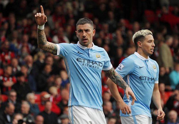 Aleksandar Kolarov oslavuje gól do sítě Bournemouthu.