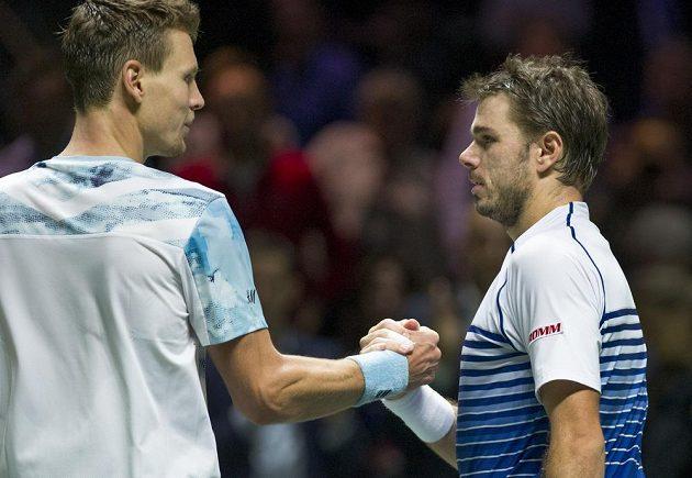 Tomáš Berdych (vlevo) si po skončení finále v Rotterdamu podává ruku se Švýcarem Stanislasem Wawrinkou.