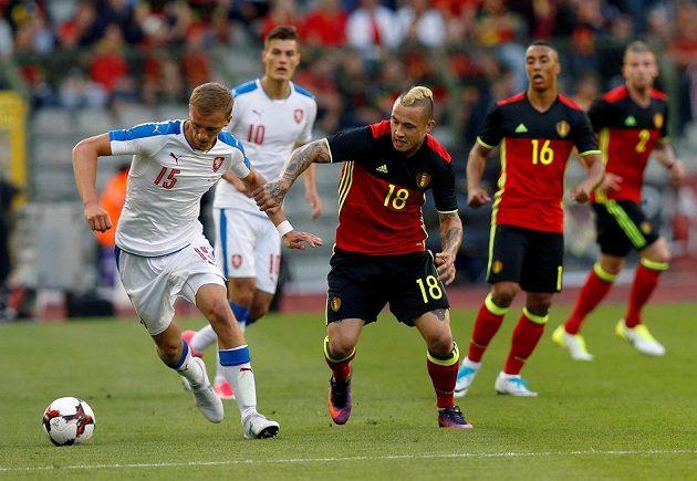 Belgičan Radja Nainggolan (18) v souboji s Tomášem Součkem během přípravného utkání.