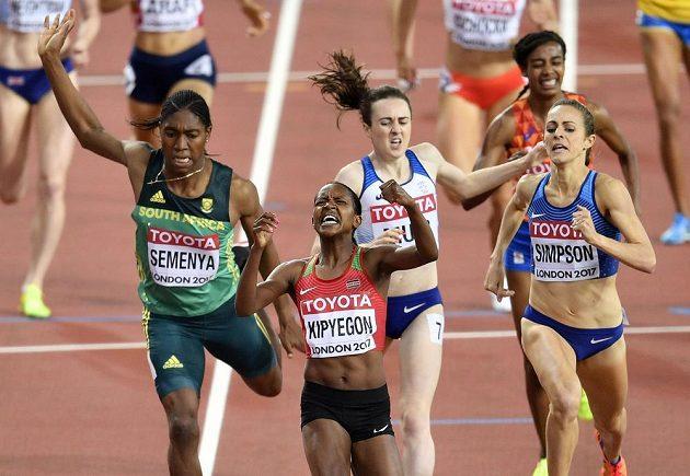 Dramatický finiš závodu na 1500 m žen. První Keňanka Faith Kipyegonová (uprostřed), třetí Carsten Semenyaová (vpravo), čtvrtá Laura Muirová (druhá zprava) a druhá Jennifer Simpsonová.