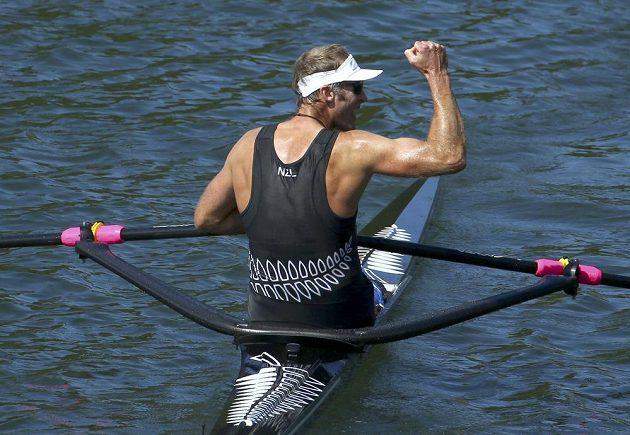 Vítězné gesto. Mahé Drysdale z Nového Zélandu o milimetry porazil Chorvata Damira Martina a vyhrál na olympiádě skif na dva kilometry.