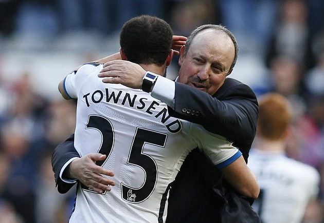 Kouč Newcastlu Rafael Benítez objímá hrdinu Androse Townsenda...