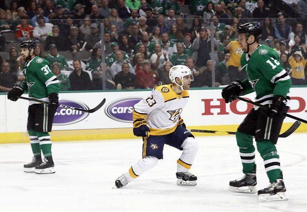 Útočník Rocco Grimaldi (23) z týmu Nashville Predators slaví gól v utkání play off NHL. Vše sledují hokejisté Dallasu Stars Justin Dowling (37) a Radek Faksa (12).