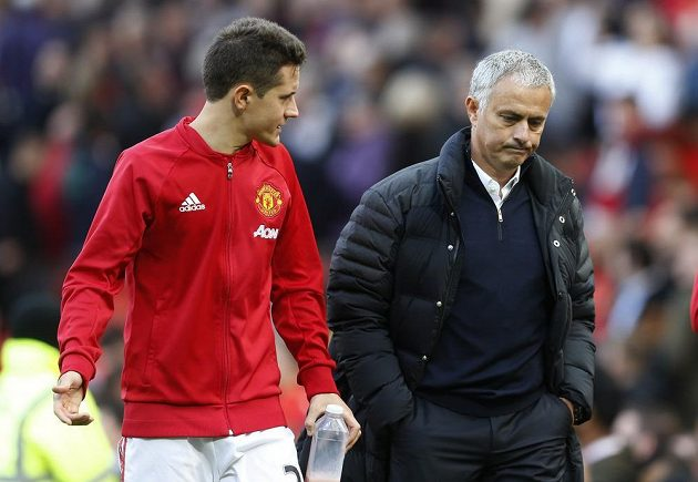Záložník Manchesteru United Ander Herrera a kouč Rudých Ďáblů José Mourinho.