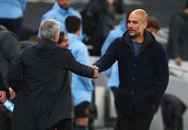 Manažer Tottenhamu Hotspur José Mourinho se zdraví se svým trenérským kolegou Pepem Guardiolou z Manchesteru City.