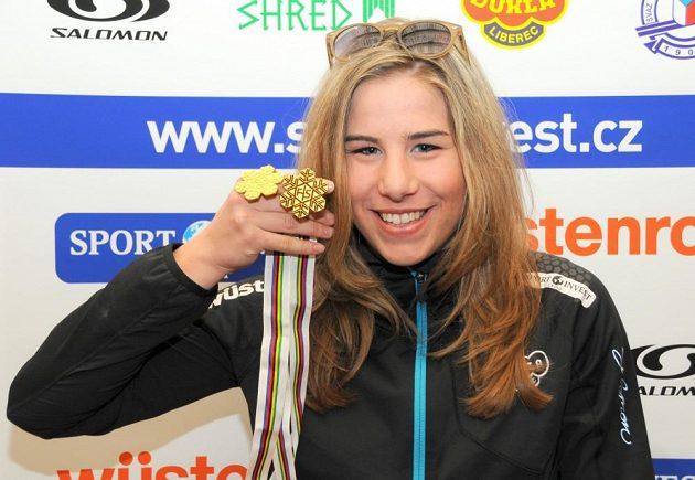 Snowboardistka Ester Ledecká se zlatem z juniorského mistrovství světa.