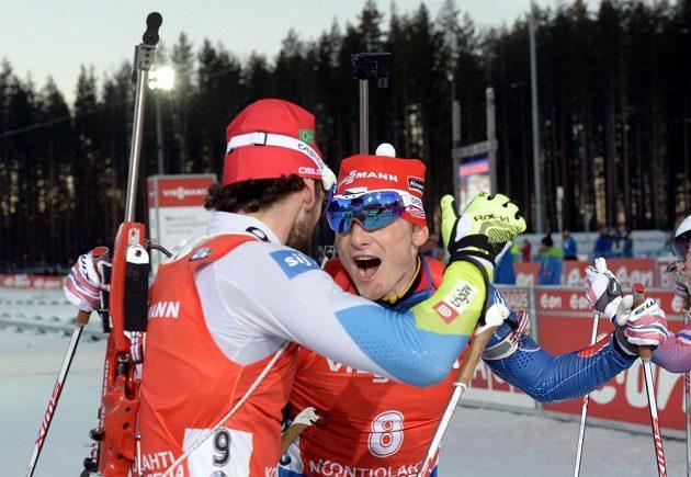 Vítěz Jakov Fak ze Slovinska (vlevo) se v cíli raduje se stříbrným Ondřejem Moravcem.