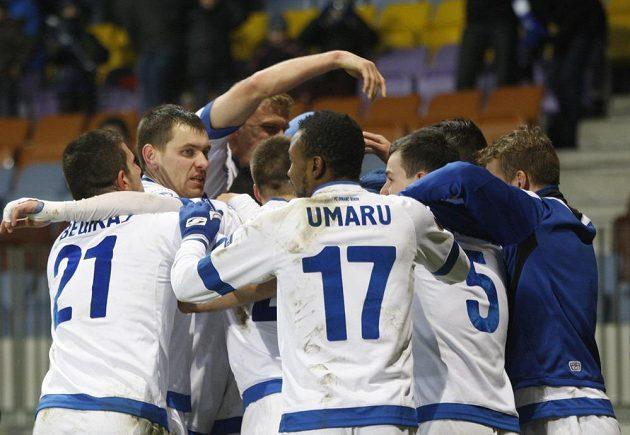 Radost fotbalistů Dinama Minsk po vítězném gólu v nastavení v utkání Evropské ligy proti Viktorii Plzeň.