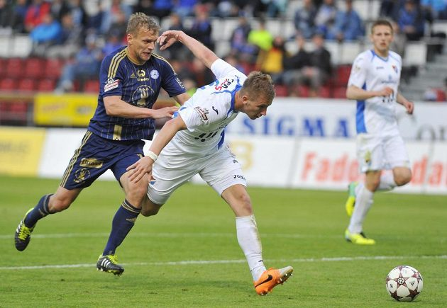 Adam Varadi z Olomouce (vlevo) se snaží dostat k míči přes ostravského stopera Jana Baránka.