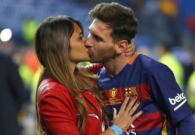Argentisnký fotbalový král Leo Messi se oženil. V jeho rodném Rosariu si vzal svou dětskou lásku. Na svatbě nechyběla řada hvězd.