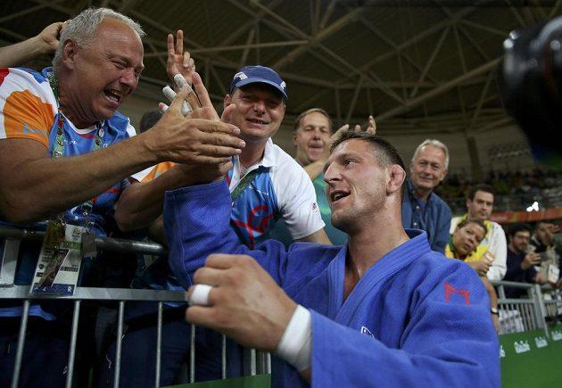 Judista Lukáš Krpálek si vychutnává gratulace a vítězné emoce po olympijském triumfu.