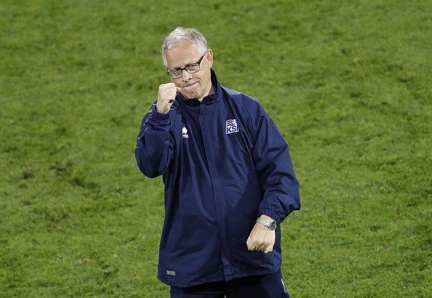 Islandský trenér Lars Lagerbäck se raduje z remízy proti Portugalsku.