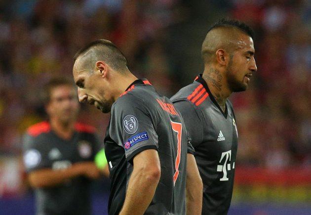 Zklamaní fotbalisté Bayernu po porážce na hřišti Atlétika Madrid. Vlevo Franck Ribéry, vpravo Arturo Vidal.
