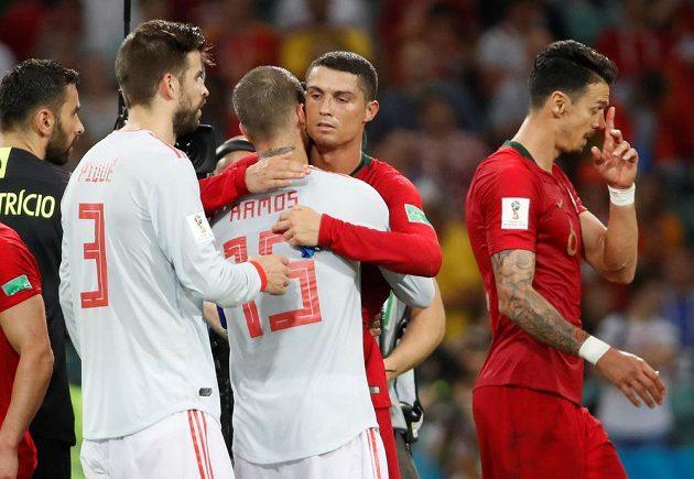 Spoluhráči z Realu Madrid se po utkání na MS objali. Ve španělském dresu obránce Ramos, v portugalském snajpr Cristiano Ronaldo.