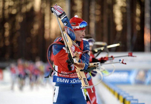 Ondřej Moravec na střelnici během závodu na 15 km s hromadným startem.