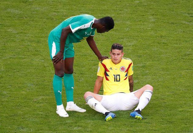 Režisér hry kolumbijského celku James Rodríguez (vpravo) ještě v první půli musel střídat.