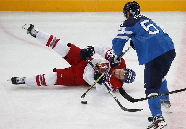 Český hokejista Petzr Vrána na lopatkách po souboji s Valtterim Filppulou z Finska během utkání mistrovství světa v Paříži.